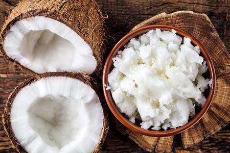 aceite de coco: tazón de aceite de coco y coco fresco, vista desde arriba Foto de archivo