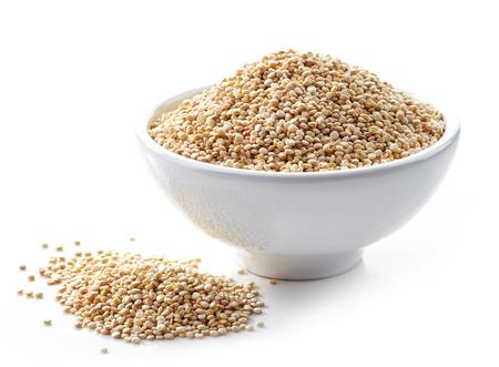 tazón de semillas de quinoa blanca saludables aislado en blanco