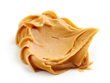 mantequilla: pasta de mantequilla de man� aislado en el fondo blanco