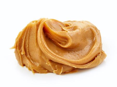 cacahuate: pasta de mantequilla de maní aislado en el fondo blanco