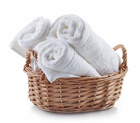 tela algodon: spa toallas blancas en una cesta aislados sobre fondo blanco Foto de archivo