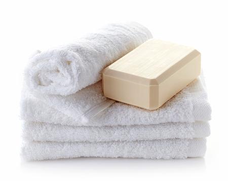 toallas: pila de toallas blancas y spa pastilla de jabón