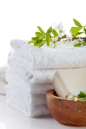 tela blanca: pila de toallas blancas de spa y una barra de jab�n Foto de archivo