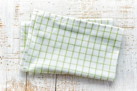 plié serviette de coton sur la vieille table en bois blanc