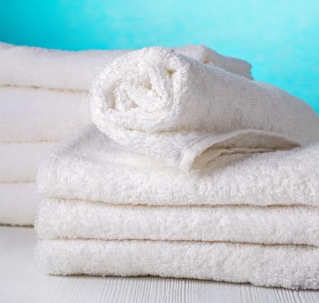 tela blanca: pila de toallas blancas sobre fondo azul spa