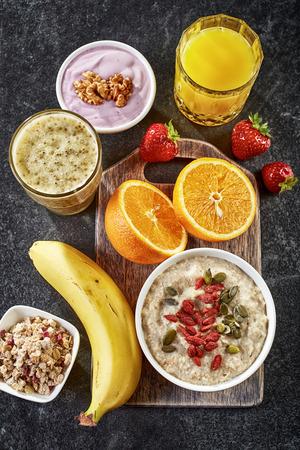 naranja fruta: ingredientes de desayuno saludable en el fondo oscuro Foto de archivo