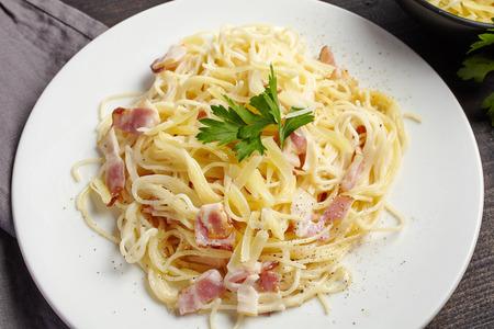 Pasta carbonara op witte plaat, bovenaanzicht Stockfoto