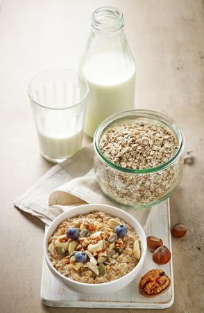 vaso de leche: ingredientes de desayuno saludable en blanco tabla para cortar madera Foto de archivo