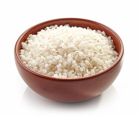 bol de riz rond non cuite isolé sur fond blanc