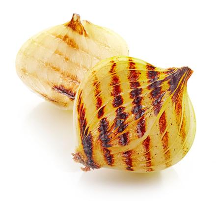 cebolla blanca: pedazos de cebolla a la parrilla aislados sobre fondo blanco