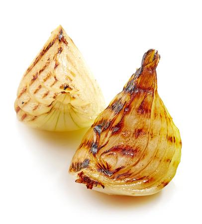 onion: pedazos de cebolla a la parrilla aislados sobre fondo blanco