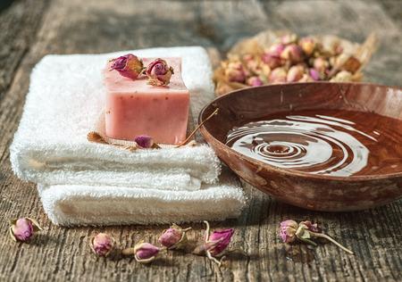 jabon: Bodegón con toallas de spa y bar jabón natural en mesa de madera