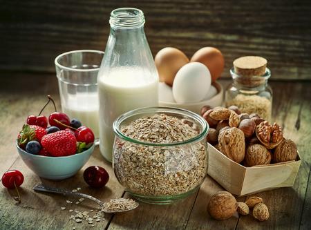 huevo: ingredientes para el desayuno orgánicos saludables en mesa de madera vieja