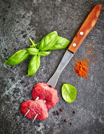pimenton: frescos cortes de carne cruda sobre fondo oscuro