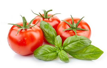 verse tomaten en basilicum blad geïsoleerd op een witte achtergrond Stockfoto
