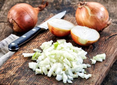 cebolla: cebolla picados en la tabla de cortar de madera