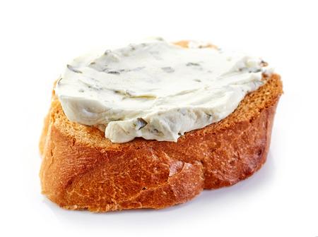 queso: pan tostado con queso crema aisladas sobre fondo blanco