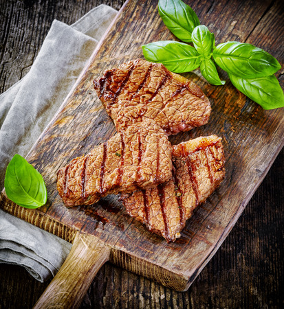 carne asada: filete de carne a la parrilla en la tabla de cortar de madera