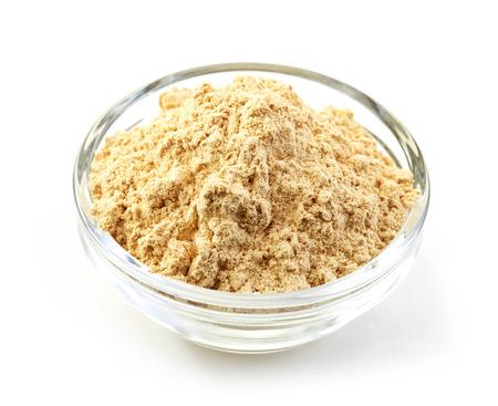 maca: taz�n de polvo de maca aislado en fondo blanco