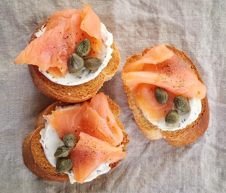 salmon ahumado: rebanadas de pan tostado con ahumado filete de salmón y queso crema Foto de archivo