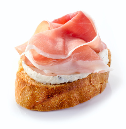 queso blanco: pan tostado con crema de queso y carne jamón aislado sobre fondo blanco