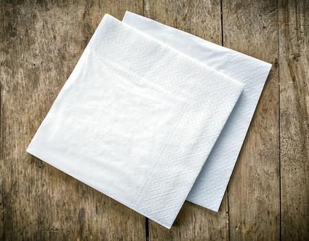 �napkin: servilletas de papel blanco de mesa de madera vieja