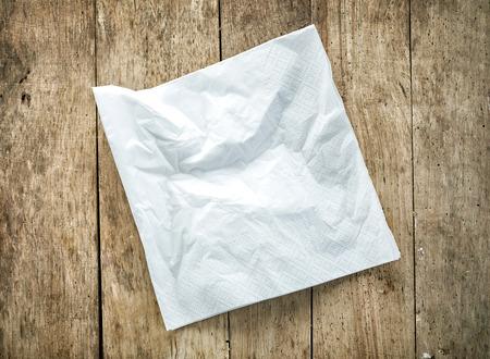 servilleta: servilleta de papel blanco de mesa de madera vieja