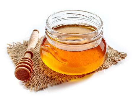 白い背景に分離された蜂蜜の瓶