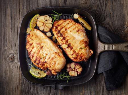 pollo: filete de pollo a la parrilla en una sartén Foto de archivo