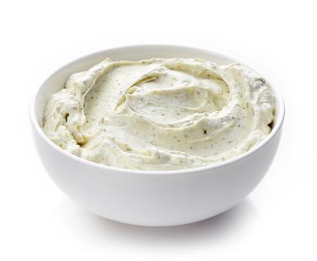 Bol de fromage à la crème aux herbes, sauce dip isolé sur fond blanc Banque d'images - 45972473