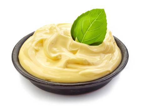 mahonesa: tazón de mayonesa aislado en fondo blanco