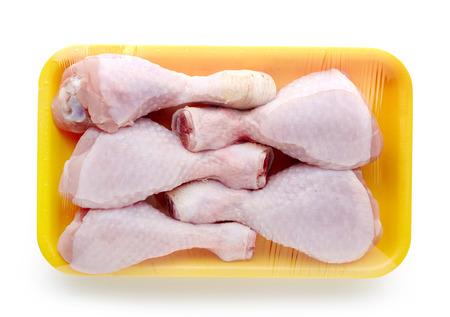 charolas: paquete de carne de pollo aislado en el fondo blanco Foto de archivo