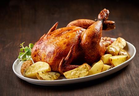 Gebratenes Huhn und Gemüse auf Holztisch Standard-Bild - 46728157