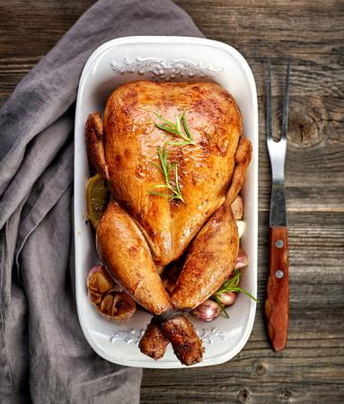 aves de corral: pollo asado en la mesa de madera
