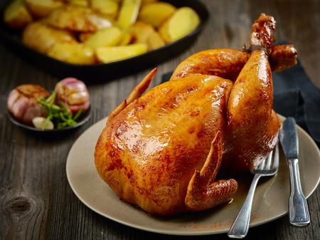 나무 테이블에 구운 닭