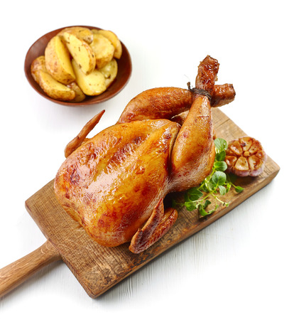 roasted chicken on wooden cutting board Banque d'images