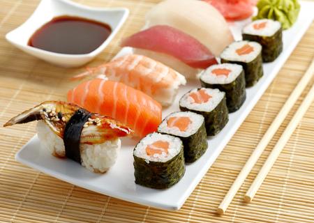 plato de comida: diversos sushi en un plato blanco Foto de archivo