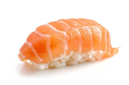 白い背景に分離されたサーモン寿司