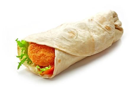 sandwich de pollo: Envuelva con pollo frito y verduras aislados sobre fondo blanco