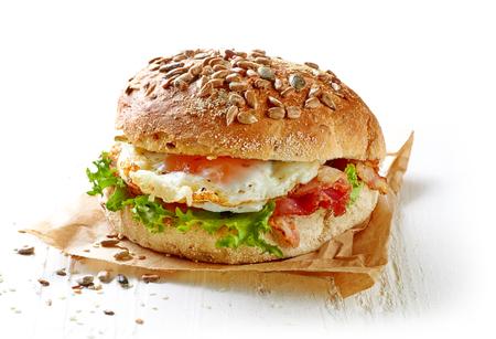 白い木製のテーブルでヘルシーなサンドイッチ 写真素材
