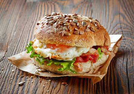 huevos estrellados: bocadillo saludable en la mesa de madera marrón
