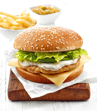 HAMBURGUESA: hamburguesa de pollo fresco sobre la mesa de madera