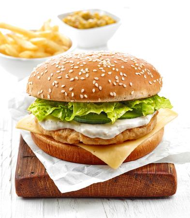 bocadillo: hamburguesa de pollo fresco sobre la mesa de madera