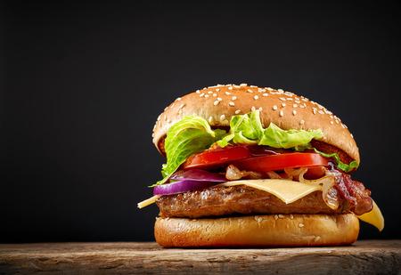 hamburguesa: fresca sabrosa hamburguesa en mesa de madera