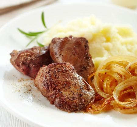 higado de pollo: hígado de pollo asado en un plato blanco