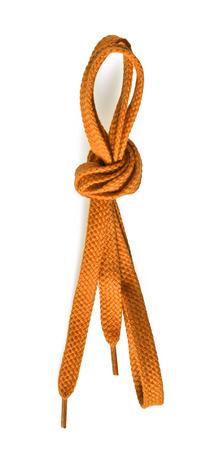 encajes: cordones de los zapatos de color amarillo sobre fondo blanco