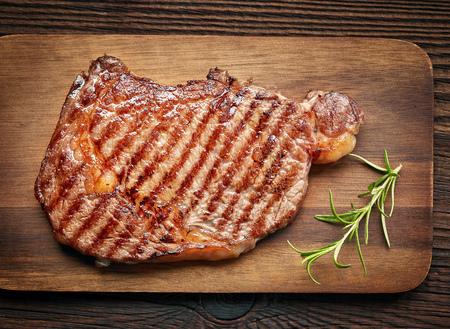 carne asada: filete de carne a la parrilla en la tabla para cortar madera