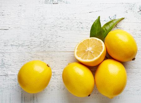 lemon: limones maduros frescos en mesa de madera, vista desde arriba