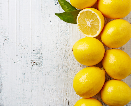 limon: limones maduros frescos en mesa de madera, vista desde arriba
