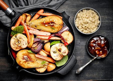 pera: frutas asadas y verduras en una sartén